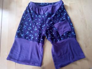 Avec une ancienne jupe et un ancien tee-shirt, j'ai conçue se short avec une poche, vêtement à porter lorsqu'il fait chaud ou à la maison.